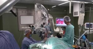 عملية جراحية لاستئصال ورم دماغي بالميكروسكوب الجراحي لأسير محرر