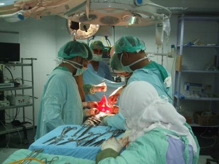 في مستشفى شهداء الأقصى  .. سواعد طبية تطوي معاناة سيدة ستينية