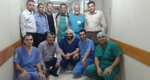 كانت تحول للخارج ..الصحة  : وفداً طبي أمريكي متخصص يجرى 9عمليات في جراحة العمود الفقرى بمستشفى غزة الاوروبى