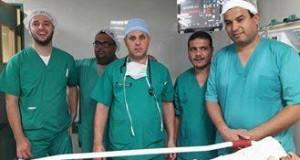 فى مجمع الشفاء الطبى.. طاقم طبى يجرى عملية جراحية فى النخاع الشوكى بالميكروسكوب الجراحى