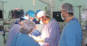 وفد طبي أمريكي متخصص يصل مستشفى الأوروبي لإجراء عمليات جراحة قلب أطفال