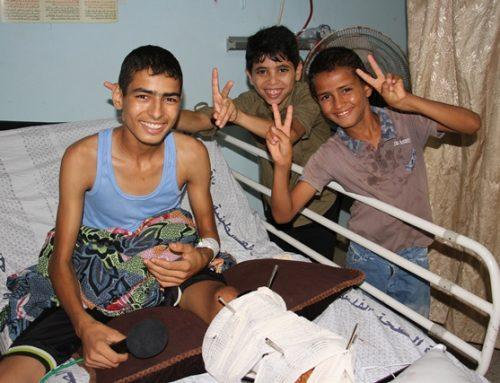 غزة تداوي جرحاها بنفسها…جرحى القطاع يثنون على جهود الطواقم الطبية في علاجهم