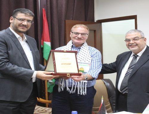 د. أبو الريش يكرم د. عز الدين قوتة لجهوده في تطوير طب الأطفال وحديثي الولادة