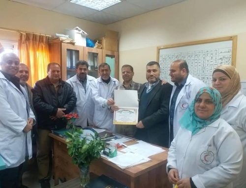 دائرة التمريض في مستشفى الدرة تكرم المشرف بسام الكحلوت خلال الاجتماع الدورى
