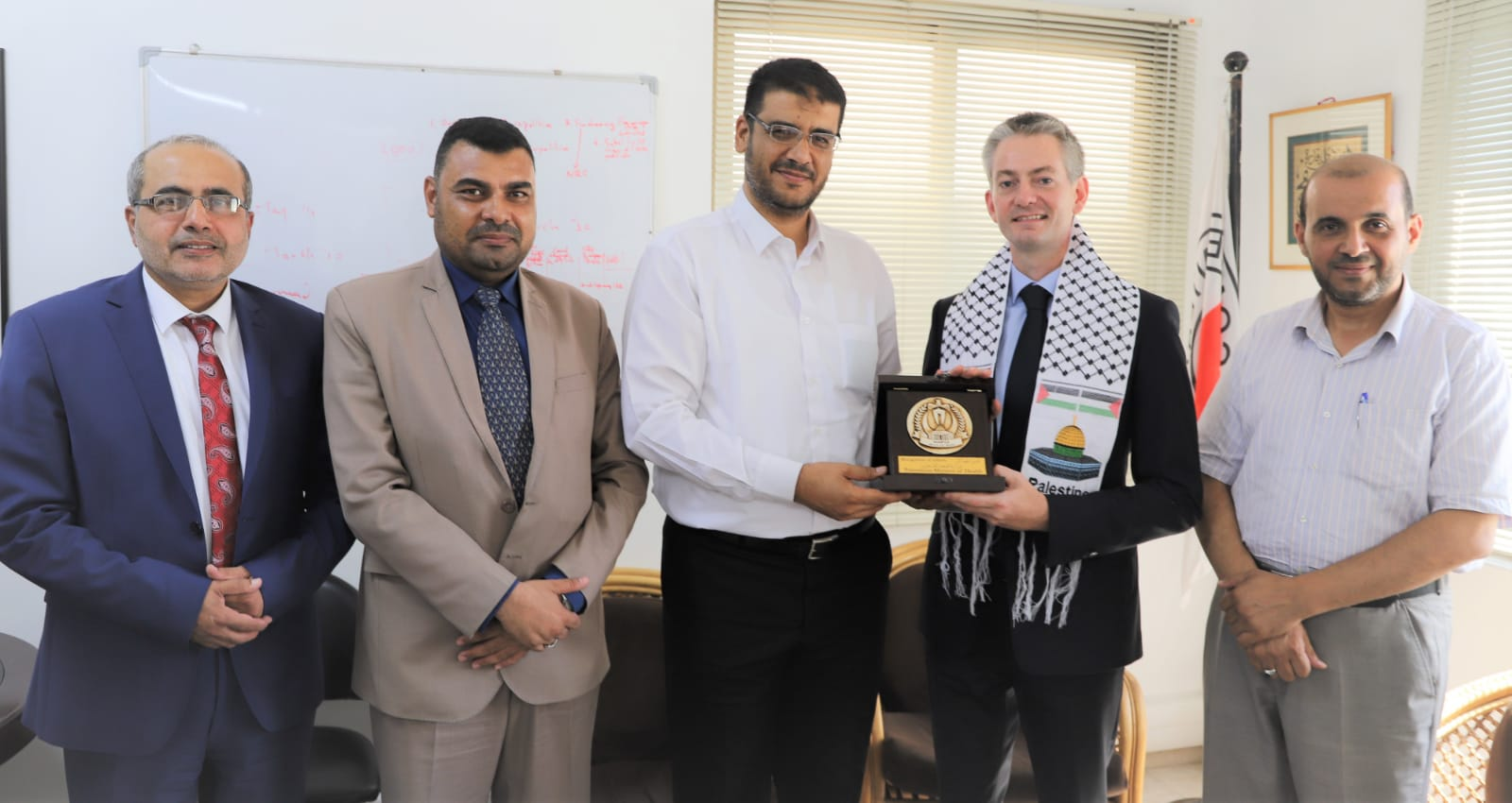 الصحة تكرم الرئيس السابق لبعثة اللجنة الدولية للصليب الأحمرفي قطاعغزة