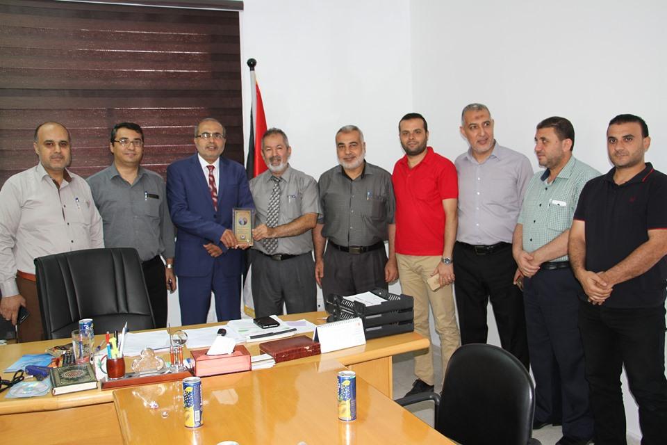 طاقم ادارة المستشفيات يسلم د.الحاج درع تذكارى بالمنصب الجديد