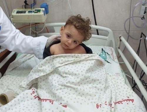 طاقم العناية المركزة بمستشفى الدرة ينقذ طفلا تعرض للاختناق بملابسه