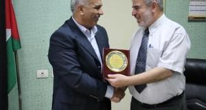 إدارة مجمع الشفاء الطبي تكرم العاملين في المستشفى الميداني الأردني